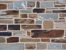 Le mur de briques rugueux de la terre et de la pierre a coloré des briques Images libres de droits