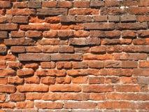 Le mur de briques rugueux médiéval de la terre et de la terre cuite a coloré des briques Photos stock