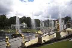 Le mur de l'eau de la fontaine voyage en jet, ensemble baroque de cascade grande dans Peterhof, Russie image stock