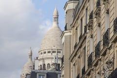 Le mur de la vieille maison et le dôme de Sacré-Coeur à Paris Photographie stock libre de droits