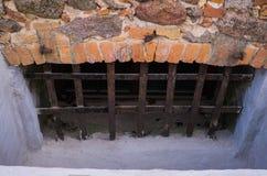 Le mur de maçonnerie du vieux manoir Shlokenbek des pierres en Lettonie photos libres de droits