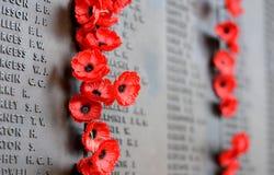 Le mur de pavot énumère les noms de tous les Australiens qui sont morts en service des armées Images stock