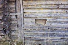 Le mur de rondin d'une vieille maison du nord Image libre de droits