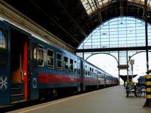 Le mur de verre oriental et la lucarne de la station de train à Budapest photographie stock libre de droits