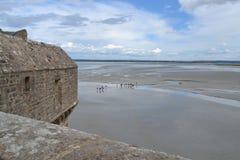 Le mur de ville et la vue du saint Michel de Mont Images stock