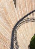 Le mur du barrage avec l'ombre du pont là-dessus Image stock
