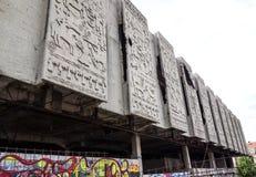 Le mur en béton de émiettage figure le bâtiment de fond Photos libres de droits