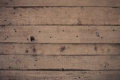 Le mur en bois avec la peinture est sévèrement survécu et épluchage Images stock