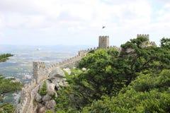 Le mur en pierre d'une forteresse mauresque irréfutable dans Sintra Photos libres de droits