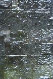 Le mur en pierre médiéval est couvert de neige, fond de conception avec l'espace de copie Images libres de droits