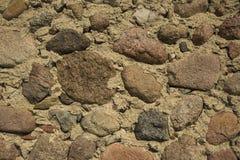Le mur en pierre sur un argile réapprovisionnent en combustible Photos stock