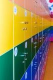 Le mur est décoré des chambres multicolores de stockage images libres de droits