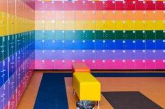 Le mur est décoré des chambres multicolores de stockage photo stock