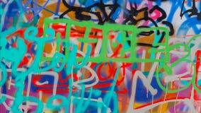 Le mur est décoré du plan rapproché abstrait de peinture pour bâtiments de dessins Culture urbaine iconique moderne de la jeuness Photo libre de droits