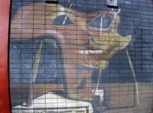 Le mur est décoré du plan rapproché abstrait de peinture pour bâtiments de dessins Détail d'un graffiti Fragment pour le fond Urb Images stock