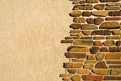 Le mur est dans une pierre inégale Photographie stock