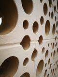 Le mur est un trou rond avec une couleur brun clair photo libre de droits