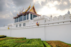 Le mur et l'architecture thaïlandaise classique à Bangkok, Thaïlande images stock