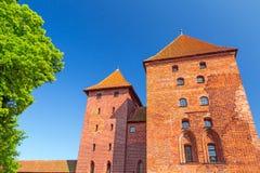 Le mur et les tours du château de Malbork Photographie stock libre de droits