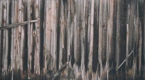 Le mur le plus ancien de porte en bois raye la barrière image stock