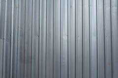 Le mur ondulé gris de zinc sur une zone de construction Photographie stock