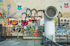 Le mur rempli de graffiti à Paris Photographie stock libre de droits