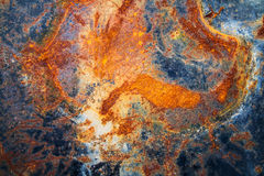 Le mur rouillé en métal est un mur d'un vieux réservoir de stockage de pétrole Photos libres de droits