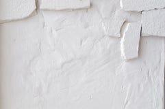 Le mur sale blanc avec le vieux stuc en pierre a vieilli le fond Images libres de droits