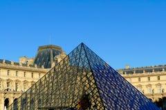 Le musée de Louvre et la pyramide à Paris - en France image stock
