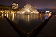 Le musée de Louvre la nuit à Paris, France Photos stock
