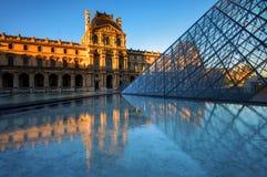 Le musée de Louvre la nuit à Paris, France Photographie stock libre de droits