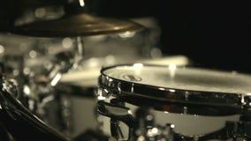 Le musical bat du tambour du studio d'obscurité de kit Ensemble de tambour Kit bleu de tambour Le klaxon de musique a placé 3 banque de vidéos