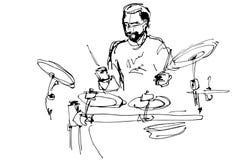 Le musicien avec une barbe joue des tambours de bruit Photographie stock libre de droits
