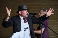 Le musicien chante dans le jour de musique de rue Photo stock