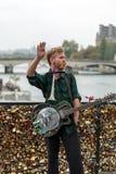 Le musicien de rue de musicien de rue amusent le public sur Pont des Arts à Paris Image libre de droits