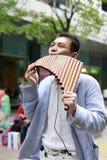 Le musicien de rue jouant la cannelure de casserole dans la ville de Taïpeh Photo libre de droits