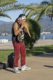 Le musicien du Pérou dans la robe nationale des Indiens péruviens exécute sur la rue de plage à Batumi, la Géorgie images libres de droits