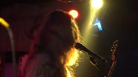 Le musicien exécute en solo pendant le concert dans la boîte de nuit Concertez le groupe de rock exécutant sur l'étape avec l'int banque de vidéos