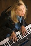 Le musicien féminin exécute Images libres de droits