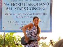 Le musicien hawaïen Taimane Gardner de style joue l'ukulélé sur l'étape photos stock