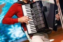 Le musicien jouant l'accordéon image libre de droits