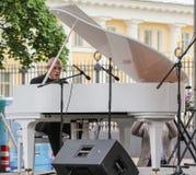 Le musicien jouant le piano photo stock