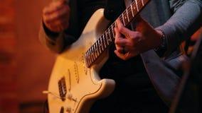 Le musicien joue la guitare à un concert dans une barre de jazz banque de vidéos