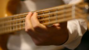 Le musicien joue la guitare basse banque de vidéos