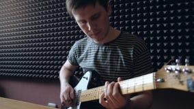 Le musicien joue sur l'électro guitare dans le studio clips vidéos