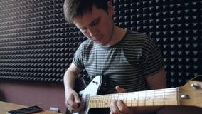 Le musicien joue sur l'électro guitare dans le studio banque de vidéos