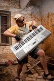 Le musicien joue un synthétiseur Image libre de droits