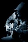 Le musicien joue une guitare Photo stock