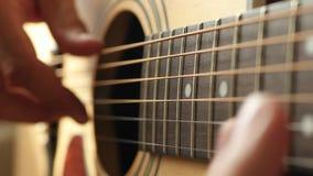 Le musicien joue une mélodie sur une guitare acoustique jaune, plan rapproché illustration de vecteur