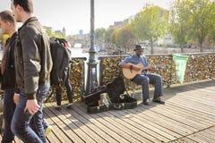 Le musicien non identifié joue la guitare et le chant sur les serrures d'amour Photos libres de droits